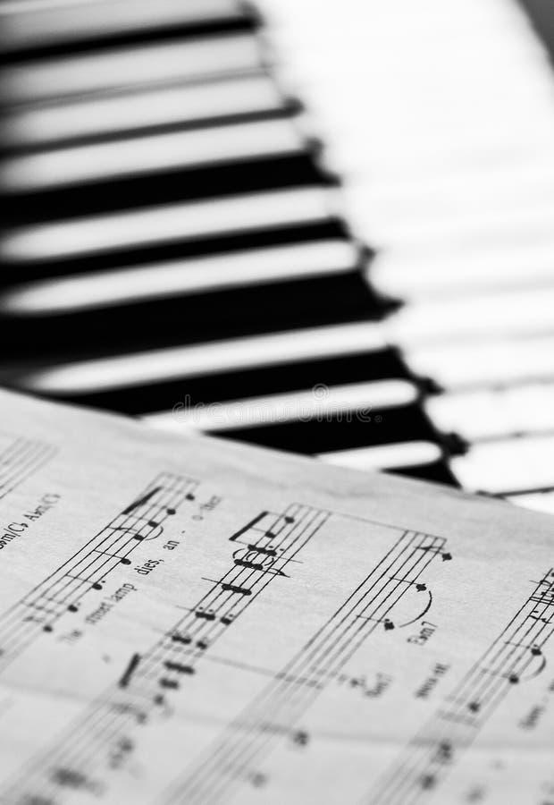 Musikanmärkningar och pianotangenter arkivfoton