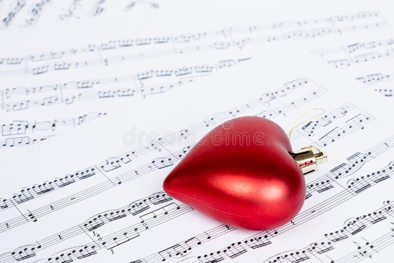 Musikanmerkungen mit Herzform lizenzfreie stockbilder