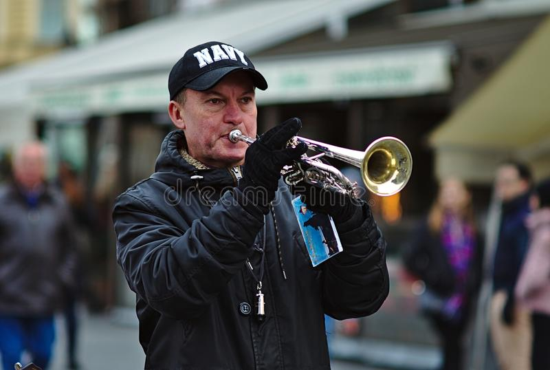 Musikant playing trumpet stock images