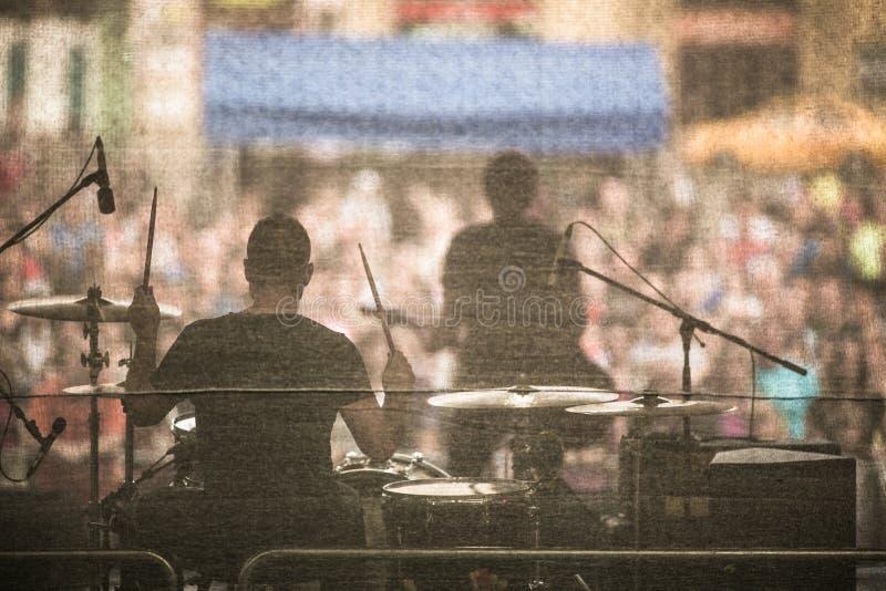 Musikband som direkt utför på en etapp royaltyfri foto
