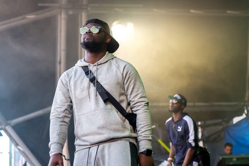 Musikbandet för avsnittBoyz rap utför i konsert på sonarfestivalen arkivbild