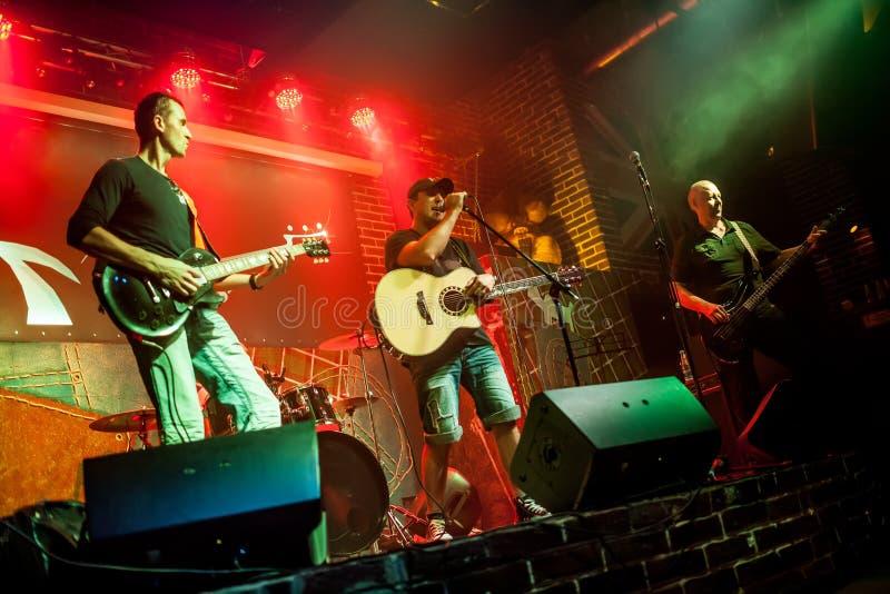 Musikbandet utför på etapp royaltyfria bilder