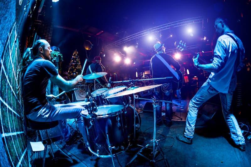Musikbandet utför på etapp royaltyfria foton