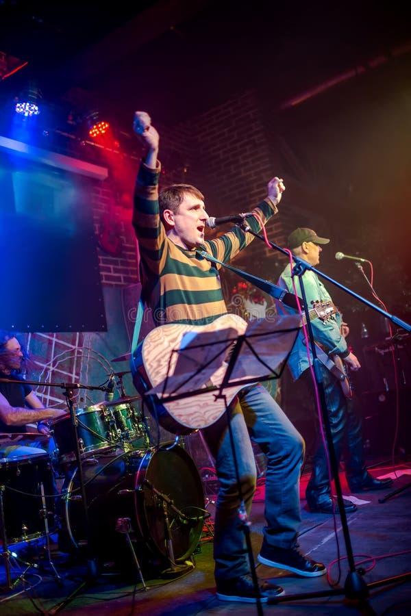 Musikbandet utför på etapp i en nattklubb royaltyfria foton