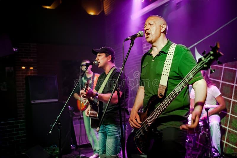 Musikbandet utför på etapp i en nattklubb arkivbild