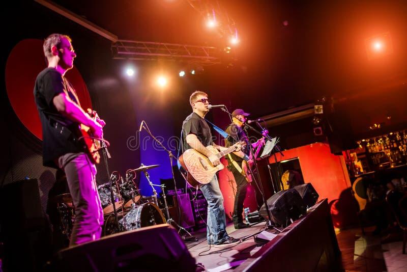 Musikbandet utför på etapp i en nattklubb royaltyfri bild