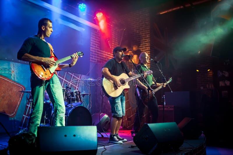 Musikbandet utför på etapp i en nattklubb royaltyfri fotografi