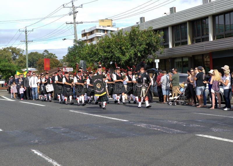 Musikbandmarschen i ANZAC Day ståtar arkivbilder