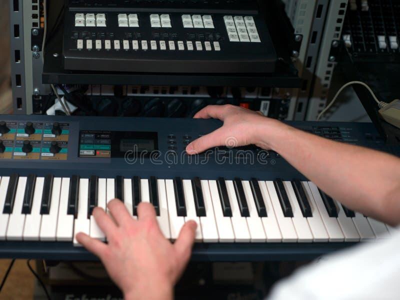 Musiker, der auf synthesizer spielt stockfotografie