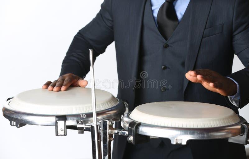 Musiker, der Congas spielt lizenzfreies stockfoto