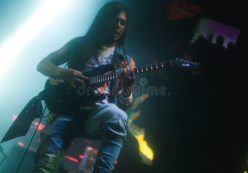 Musiker, der die Gitarre auf der Bühne spielt