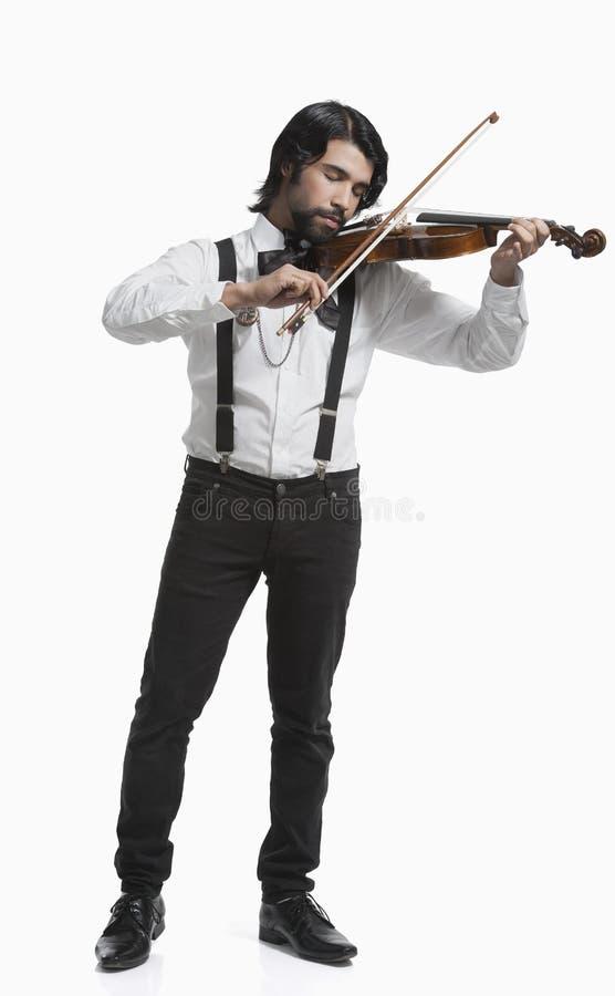 Musiker, der eine Violine spielt lizenzfreie stockfotografie