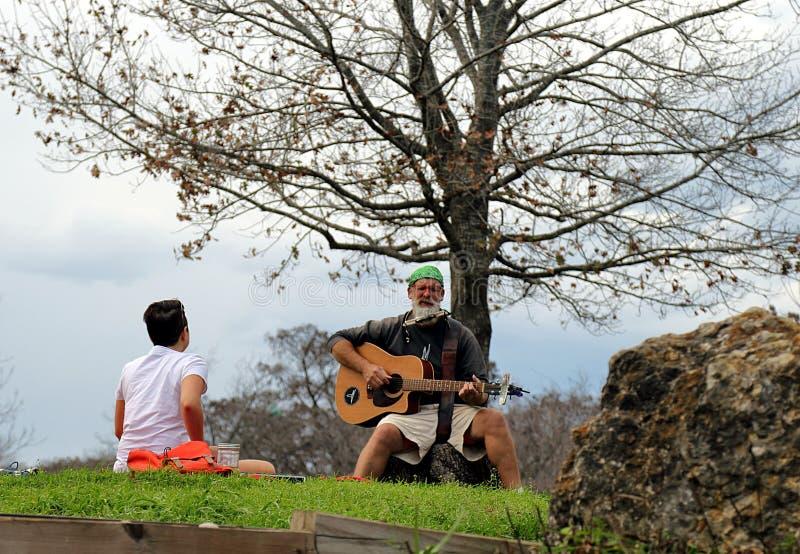 Musiker, der in Stadtpark Zilker, Austin durchführt lizenzfreie stockfotos