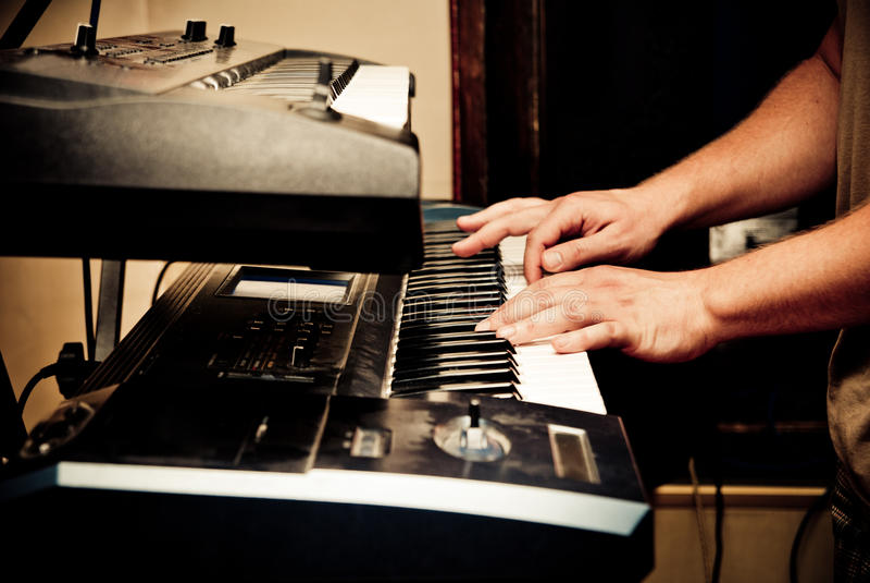 Musiker, der synthesizer spielt lizenzfreie stockfotografie