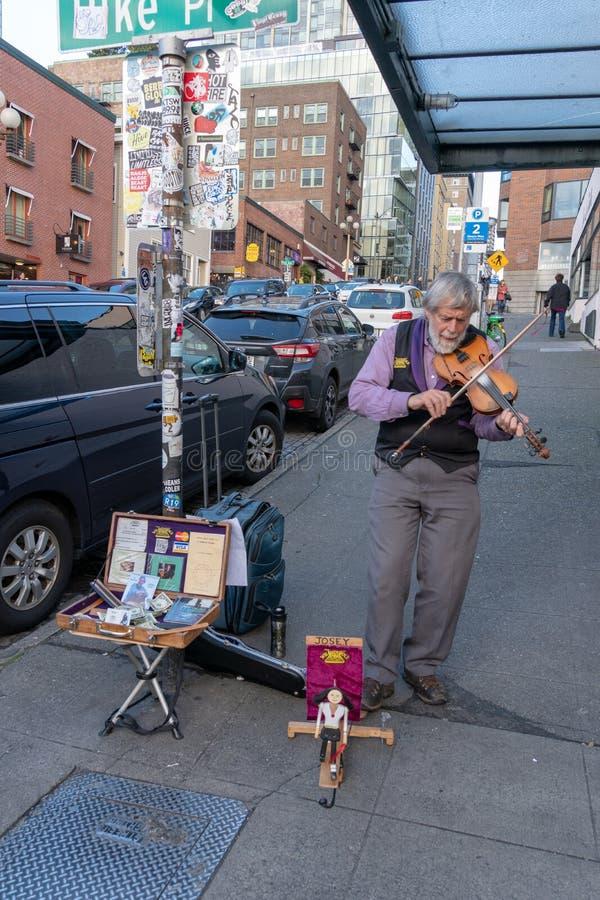 Musiker, der Violine auf der Straße spielt stockfotos