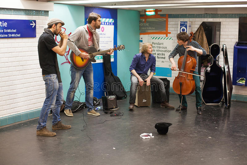 Musiker, die in der Paris-Metro busking sind stockfotos