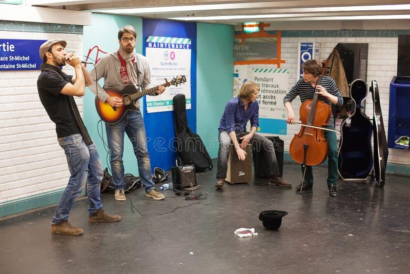 Musiker, die in der Paris-Metro busking sind stockbilder