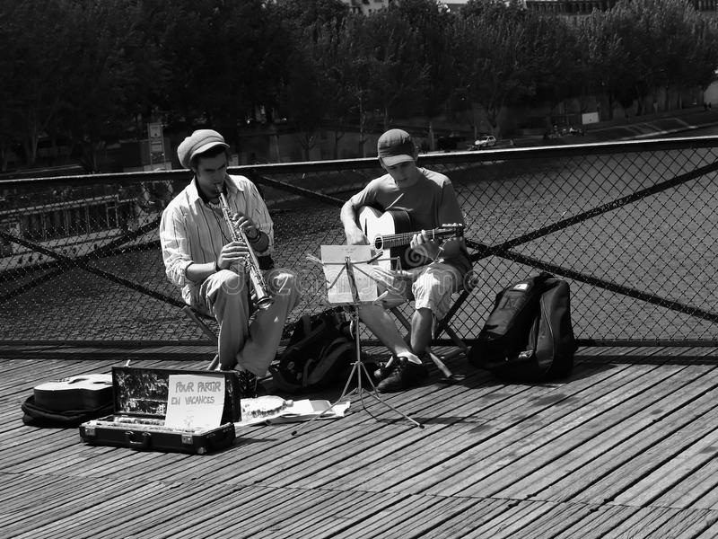 Musiker, die in Paris spielen lizenzfreies stockbild
