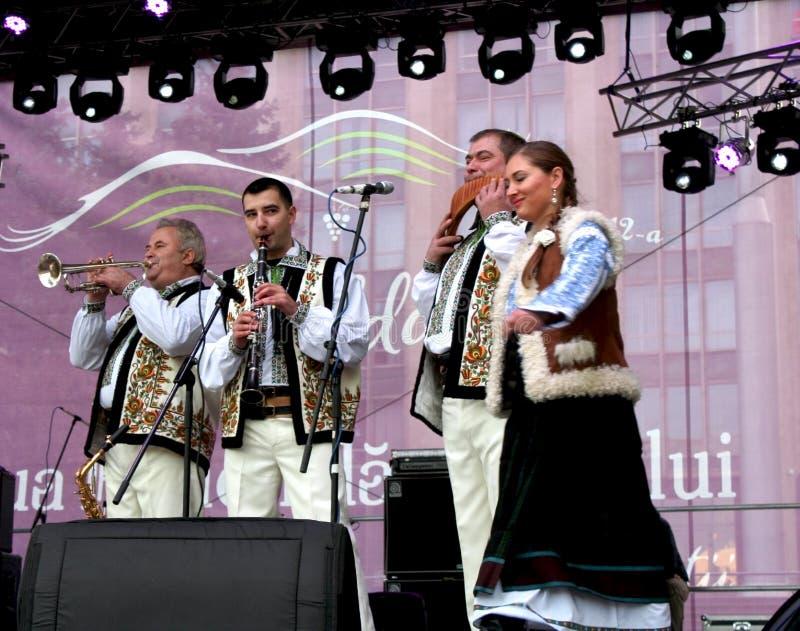 Musiker i de moldaviska medborgaredräkterna arkivbild