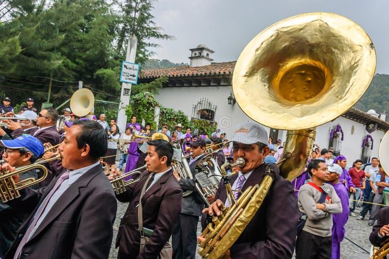 Musiker i den heliga torsdag processionen, Antigua, Guatemala royaltyfri fotografi