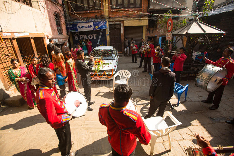 Musiker i traditionellt nepalesiskt bröllop Störst stad av Nepal, dess kulturella mitt, en befolkning av över 1 miljon personer royaltyfria foton