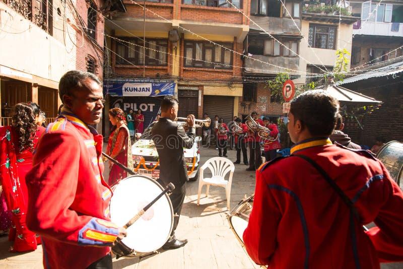 Musiker i traditionellt nepalesiskt bröllop Störst stad av Nepal, dess kulturella mitt, en befolkning av över 1 miljon personer royaltyfri bild