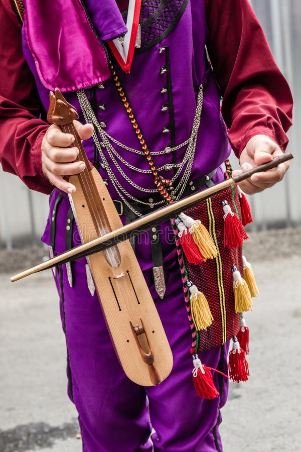 Musiker med lokala kläder som spelar autentisk turkisk lurendrejeri, Kemence royaltyfria bilder