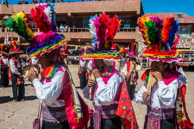 Musiker och dansare i peruanska Anderna på royaltyfri bild