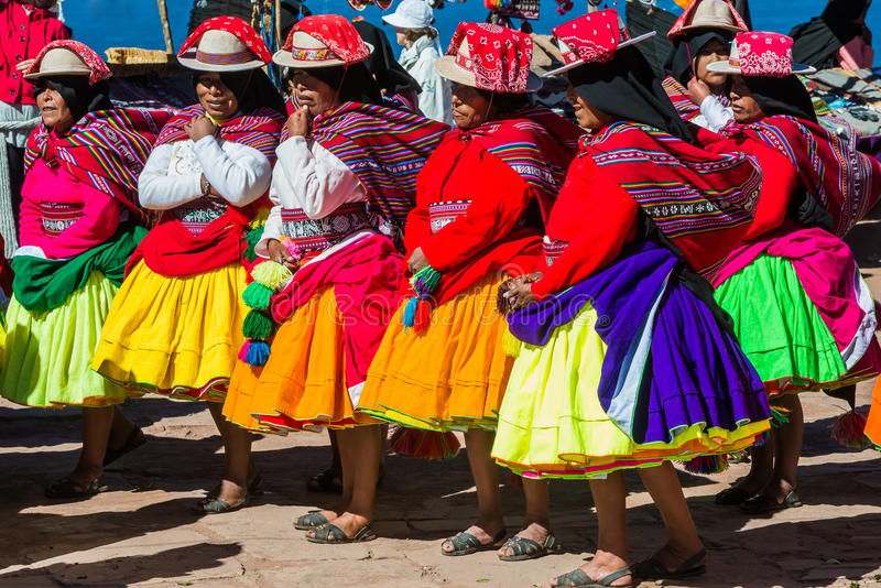 Musiker och dansare i peruanska Anderna på Puno Peru royaltyfria foton