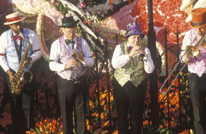 Musiker på flötet i Rose Bowl Parade, Pasadena, Kalifornien fotografering för bildbyråer