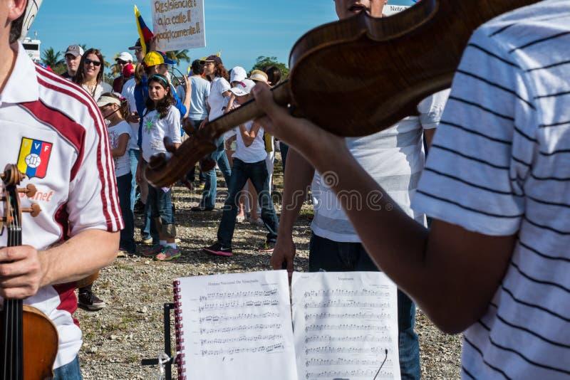 Musiker protestieren für Venezuela stockbild