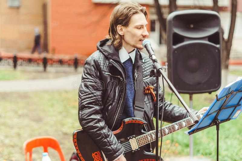 Musiker singen in der Straße stockbild
