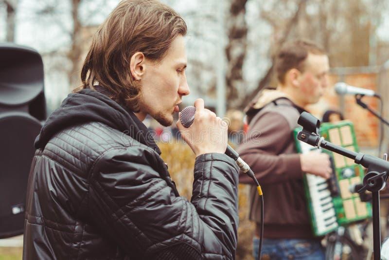 Musiker singen in der Straße lizenzfreie stockbilder