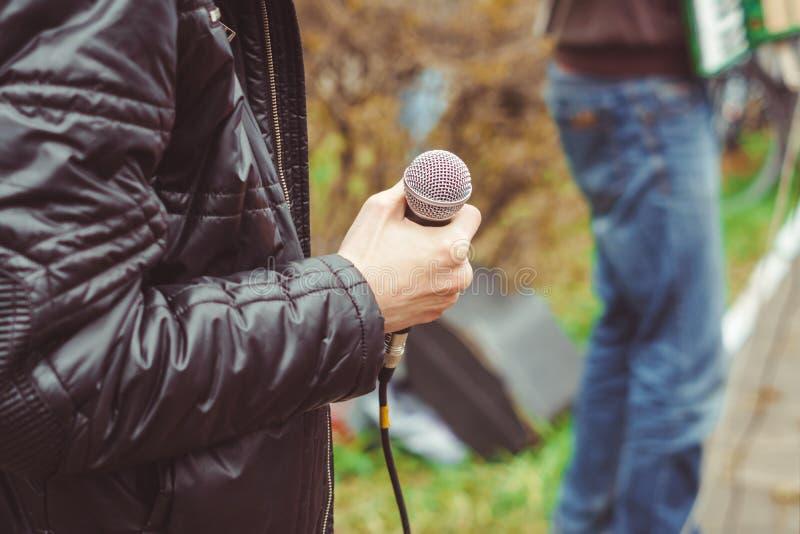 Musiker singen in der Straße lizenzfreie stockfotografie