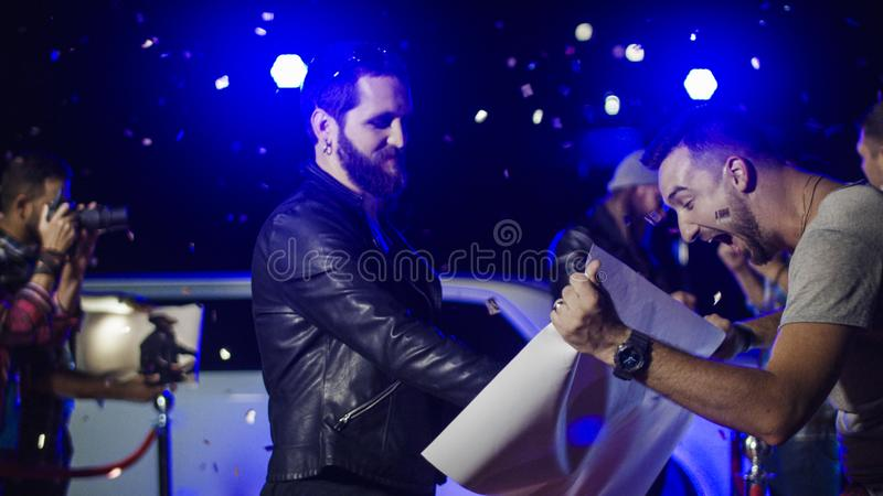 Musiker som ger autografer till fans royaltyfria foton