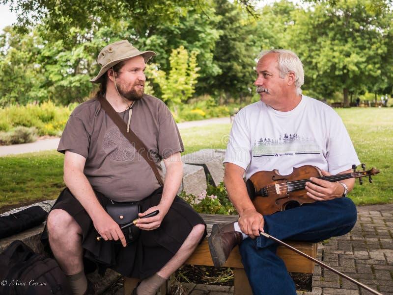 Musiker som pratar på riverfronten, parkerar, Corvallis, Oregon arkivbild