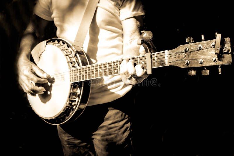 Musiker som spelar banjon arkivfoto