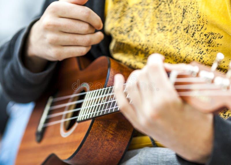 Musiker som spelar den akustiska gitarren på ett privat parti arkivbild