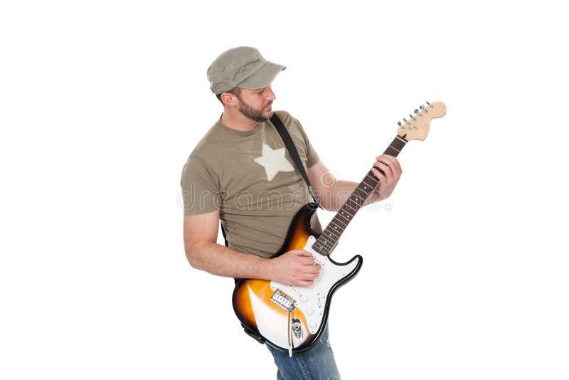 Musiker som spelar den elektriska gitarren med entusiasm Isolerat på vit arkivfoto