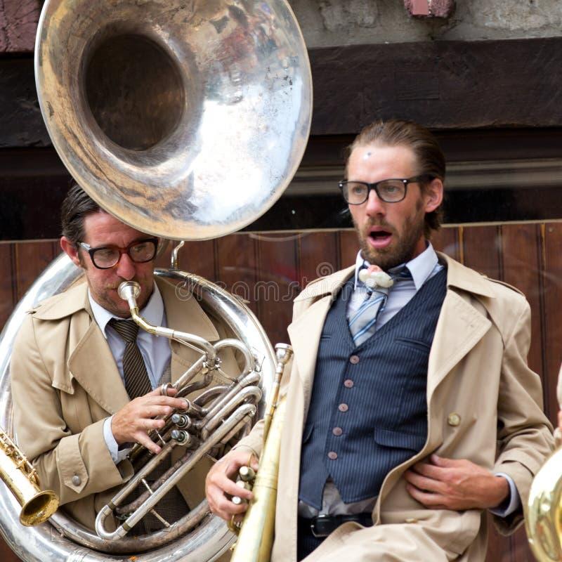 Musiker som spelar den stora tuban. arkivfoton