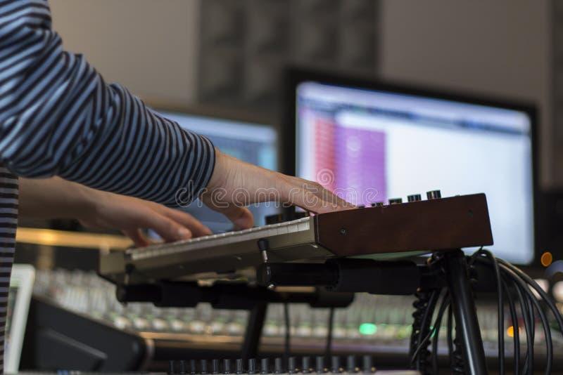 Musiker som spelar det elektriska pianot royaltyfria foton