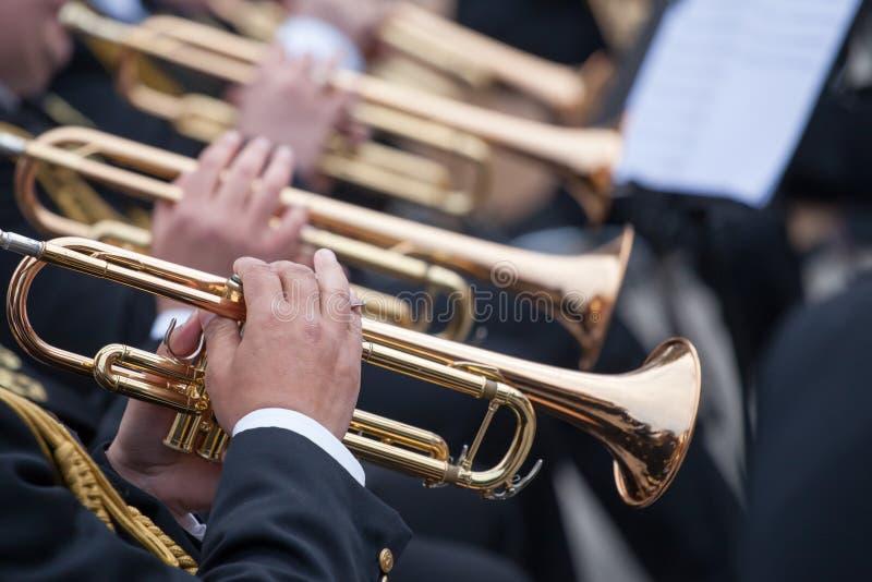 Musiker som spelar på trumpeter royaltyfria foton