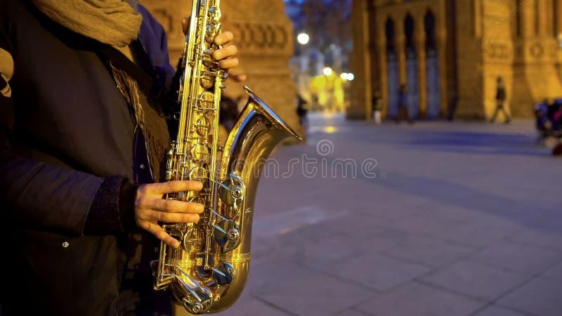 Musiker som spelar saxofonmusik, trevlig romantisk atmosfär, datum i nattstad fotografering för bildbyråer