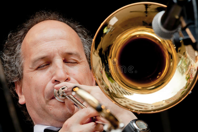 Musiker som spelar trombonen royaltyfri fotografi