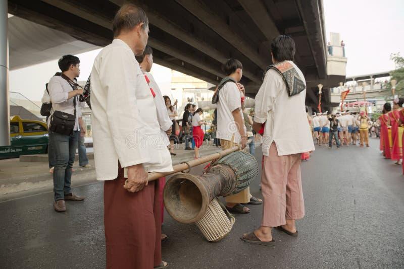 Musiker som transporterar deras instrument arkivbilder