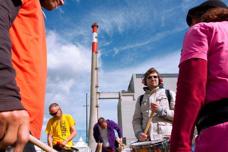 Musiker spielen Musik nahe dem Atomkraftwerk stockfoto