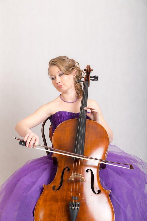 Musiker spielt das Cello lizenzfreie stockfotografie