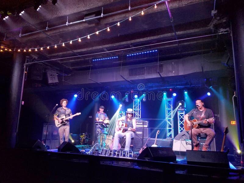 Musiker Tavana och John Cruz spelar gitarren och sjunger på etapp arkivfoton