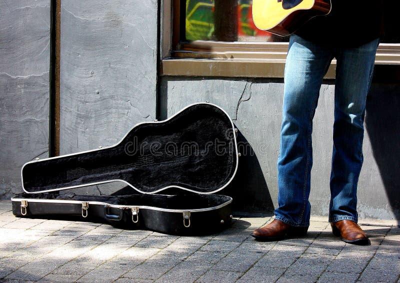 Musiker-und Gitarren-Fall lizenzfreies stockfoto