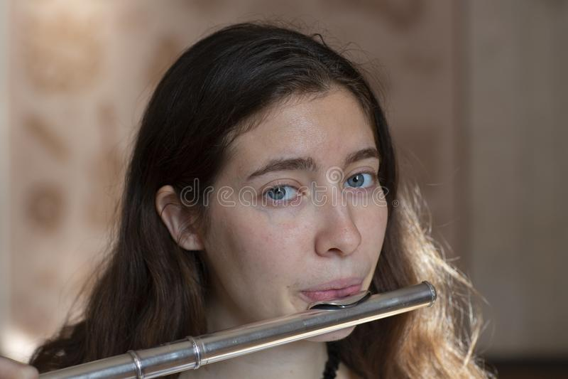 Musikerflöjtisten Girl Flute Player royaltyfria foton